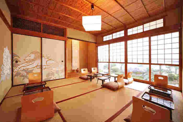 襖絵が印象的な、明るくすっきりした雰囲気の和室。窓から日本庭園が望めます。