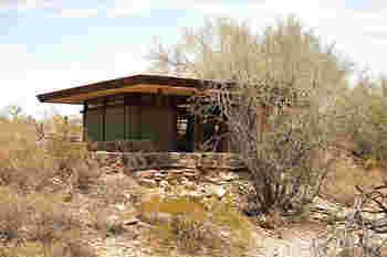 アメリカの砂漠にあるタイニーハウスは平らで大きめの屋根が印象的。