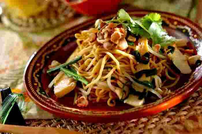 インドネシア料理も程よい辛さで日本人の口に合う料理が多いんです。 現地でも人気の料理「ミーゴレン」。「ミー」は麺で「ゴレン」は炒めるという意味です。これがご飯「ナシ」になると有名な「ナシゴレン」に。ナンプラーとパクチーを揃えれば一気に本格的な味に。