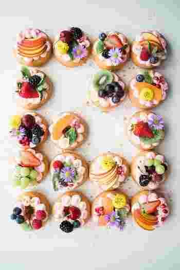 真上から撮影した俯瞰写真もオシャレな印象になります◎上にのったフルーツやお花の飾りもきちんと見えて綺麗ですよね。構図はお料理やお菓子の特徴をいかして決めるとうまくいきますよ*