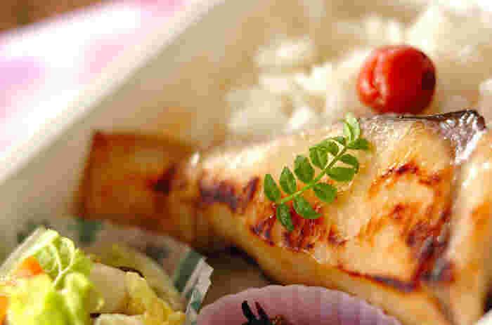 西京味噌に漬けて下味冷凍しておけば、いつでも本格的なサワラの西京漬けができます。あとは、当日にフライパンで蒸し焼きにするだけ。木の芽を添えれば、料理屋さんのお弁当のよう(冷凍2~3週間)。