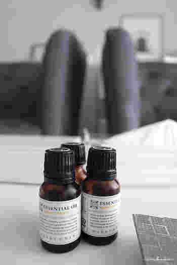 アロマオイル(精油・エッセンシャルオイル)には使用期限があります。アロマは揮発性のため、時間が経過していくごとに酸化し香りも変化していきます。  特に柑橘系の物は劣化が早く、開封後半年間が使用期限となります。それ以外の花やハーブ、樹脂系の香りは開封後1年間が目安となっています。  使用期限が過ぎたアロマオイルは、香りも劣化し効能も薄れてしまっているので、できるだけ期限内に使用するようにしましょう。