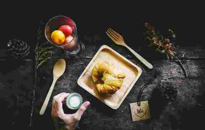 やわらかな風合いの木のお皿は、自然が感じられて心も体もリラックス。天然素材だからお手入れが大変そうと思いがちですが。お手入れは全く難しくなく、かつ使っているうちに割れることも少ないので、長く使っていける素材でもあります。