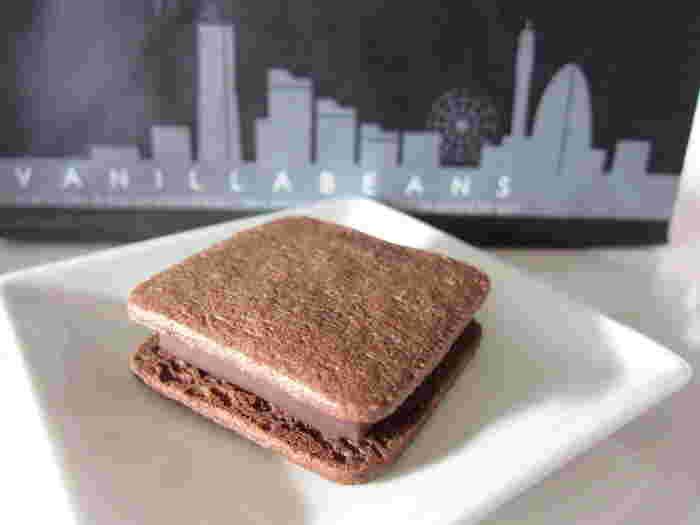 「ショーコラ」は、ガナッシュをクッキーでサンドしてあります。おいしさの秘密は、厚みのあるガナッシュをパリッとした薄いチョコレートでコーティングしていることと、サクサクとした触感のバタークッキーを使っていることだそうです。