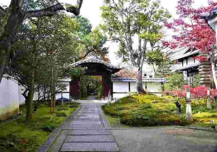 高台寺の塔頭である圓徳院。高台寺は豊臣秀吉の正室であるねねにより建立された寺院で、圓徳院はねねが晩年を過ごした地に建てられています。