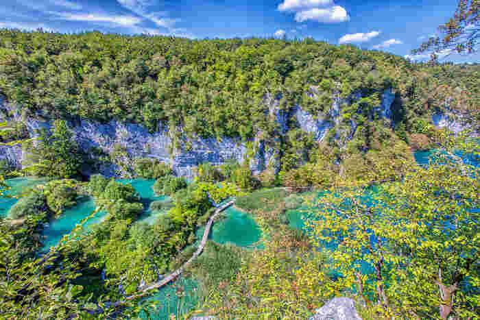 クロアチアとボスニア・ヘルツェゴビナの国境付近に位置するプリトヴィツェ湖群国立公園は、約192平方キロメートルという広大な敷地の国立公園です。エメラルドグリーンに輝く湖沼群、白絹のようなしぶきを散らす幾本もの滝と豊かな森が見事に調和した風光明媚なプリトヴィツェ湖群国立公園は、世界遺産にもなっています。
