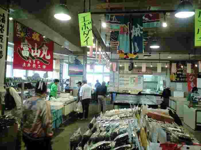 地元漁港で水揚げされた鮮魚を扱う岩井富浦漁協直営「大漁市場」では、鮮魚だけでなく、サザエやアワビ、カニやヒラメといった貝類や活魚も生簀で扱っています。漁協直営だけあって、鮮度はピカイチ。購入すれば、調理しやすいように無料で下処理し、おすすめ料理も指南してくれます。