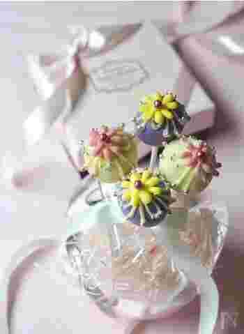 ぜひ参考にしたいのが、こちらのデコレーション!大人かわいいお花モチーフのシュセットです。チョコペンで描いたお花にアラザンを添えて飾り付け♪お花部分は、一度クッキングシートの上で作ってから、チョコペンを使って取り付けることで、きれいに仕上がります。