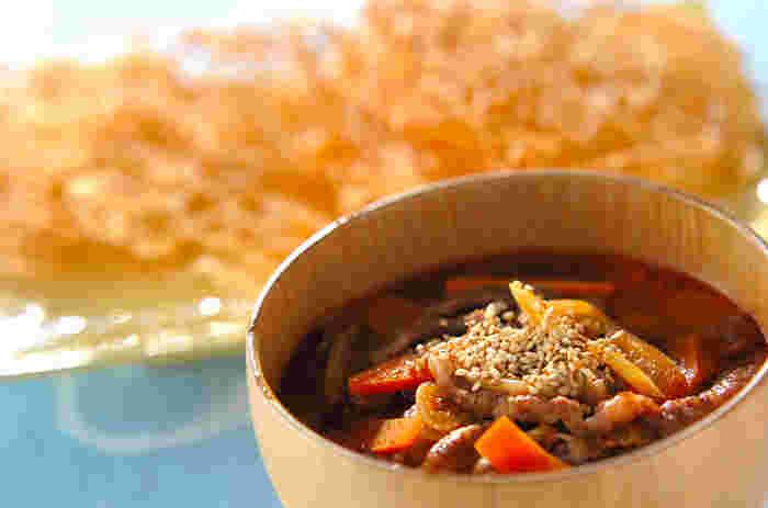 """水気を切った茹でそうめんを150℃ほどの低い温度の油で揚げて、""""そうめんせんべい""""を作ります。そして、コクのある牛肉スープと共に食卓へ。パリパリの口当たりを楽しむのもよし、スープに少し漬けておいてしっとり旨味を染み込ませるのもよし。 茹ですぎてしまったそうめんでも美味しく復活する揚げそうめん。いろいろ応用できますよ。"""