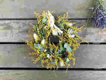 ドライにしても変わらぬ鮮やかさを保つミモザも、人気の花材です。強すぎない色味で部屋に彩りを添えてくれるドライフラワーのリースは、ナチュラルテイストのインテリアにぴったりです。