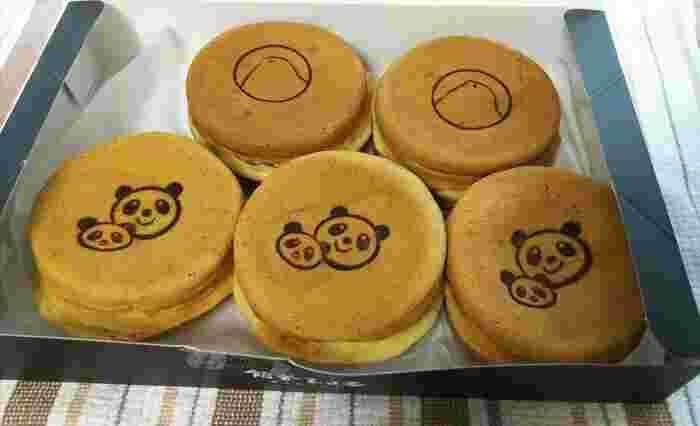 「東京ひよ子」が手がけた新ブランド「餡舎ひよ子」は、上野エキュート限定の大判焼き専門店。ひよこの焼き印が押された「あずき(黒餡)」と、バニラビーンズ入りのカスタードクリームが入った「赤ちゃんパンダのカスタード」は、それぞれ好きな数を箱に詰めてもらえます。