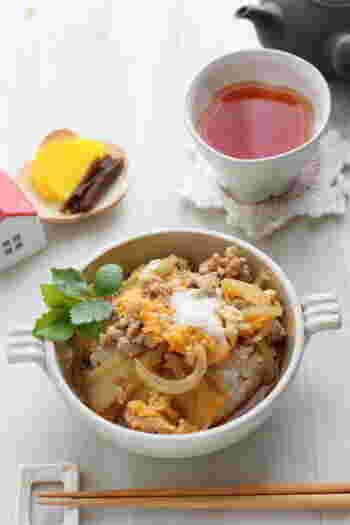 耐熱ボウルに玉ねぎ、鶏ひき肉、調味料を入れて軽く混ぜたら、ラップをふんわりかけて電子レンジに。鶏ひき肉を使うため、加熱時間も短く済み、材料さえあれば思い立ったらすぐできるうえに一品でも満足できるありがたい時短レシピです。