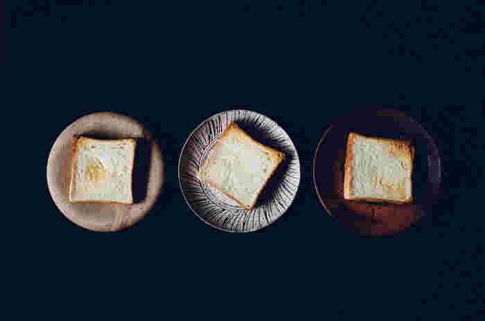 私たちが普段「食パン」と呼ぶのは、この角型食パンが多いですよね。トーストやサンドイッチなどにアレンジしやすく、人気があります。  実は、山型・角型食パンはどちらも材料は同じなんです。違いは焼き方。角型食パンは、焼き型にフタをするため上部が四角く焼き上がります。生地が型にギュッと詰まるのでずっしりした食感が特徴です。