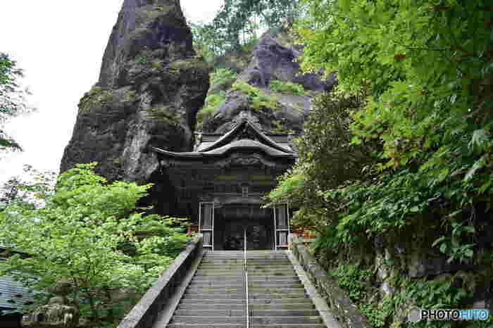 群馬県高崎市にあり、創建は586年までさかのぼることができる由緒正しい神社です。武田信玄が戦に勝つため、矢を射る矢立神事を行った樹齢およそ600年の「矢立杉(やたてすぎ)」は、国の天然記念物に指定されています。 ※写真は国の重要文化財の「双龍門」