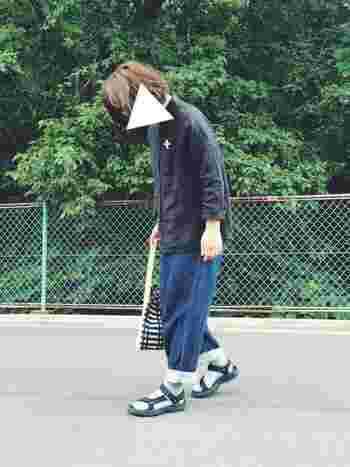 黒ストラップのサンダルにグレーの靴下は、もっとも合わせやすい組み合わせ。太めのボトムをくるんとロールアップして、足元をしっかり強調♪