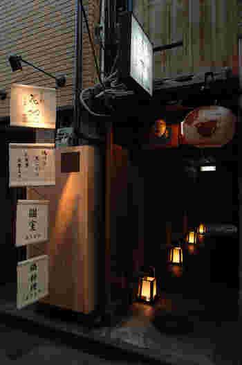 三条駅より徒歩約3分のところにある「花柳」は、川床で鍋も楽しめる京料理屋です。