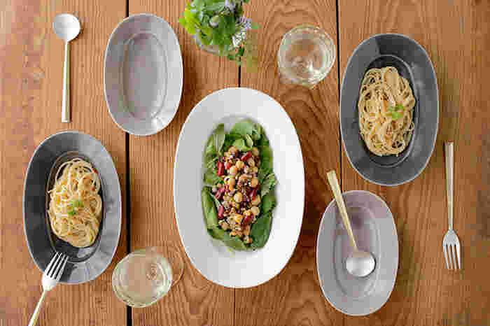 落ち着いた色味がおしゃれなお皿。イイホシユミコさんのオーバルプレートは、厚みのある口縁部分がなんともおしゃれ。1枚でセンスの良いお料理が演出できます。小さなサイズもあり、アクセサリー入れにもなるサイズ感なのでプレゼントにもおすすめですよ!