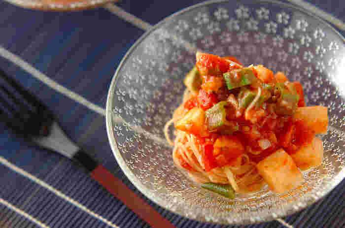 暑い日は短時間でごはんが作れたらうれしいですよね。このレシピでは、カッペリーニを茹でる以外はレンジ調理なので、10分あればOK。  オクラと長芋が入ったトロトロのトマトソースは、夏のランチにぴったりです。