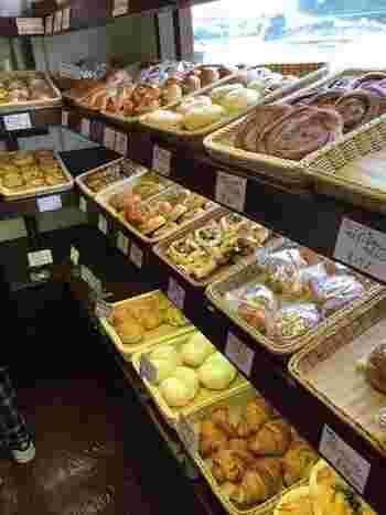 朝8:30のオープンから、続々と焼きあがるパンは食パン、バゲット、スイーツパン、惣菜パンなど種類が豊富。季節によって並ぶパンも変わるので、毎日通っても飽きないと地元の方にも人気なんですよ。