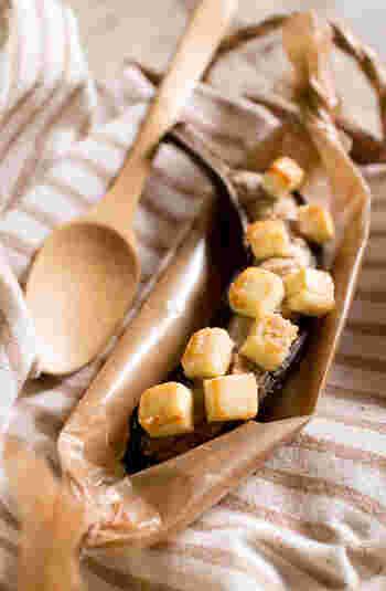バナナにクリームチーズと砂糖をのせてこんがり焼いたスイーツ。シナモンをかけるのもおすすめです。ワインによく合います。