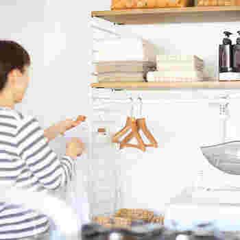 側面のワイヤーにハンガーや小物も掛けられるのもとっても便利ですね。