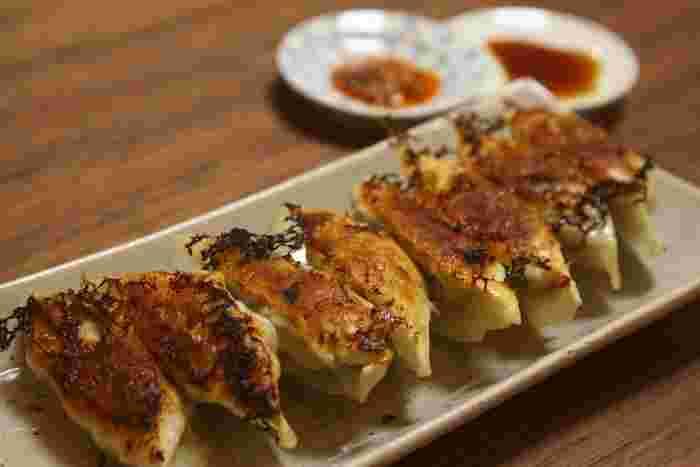 うまみの強いホタテ貝柱と中華食材の搾菜を使った、お酒によく合う餃子。こだわりの材料を加えることで、餃子がワンランクアップします。大人好みの味です。
