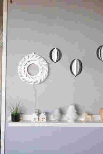 こちらは画用紙1枚あれば作れる、シンプルなペーパーリースです。葉っぱの模様を鉛筆で下書きして、カッターで切り込みを入れていくだけ。玄関や壁際のちょっとした場所に飾って、さりげなくクリスマスムードを取り入れてみて。