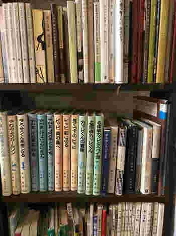 """カナカナには、たくさんの書籍が置かれています。ドリンクを頂きながらゆっくりと本を読む、そんな""""自分だけのほっこりとした時間""""を過ごしてみるのもおすすめですよ。"""