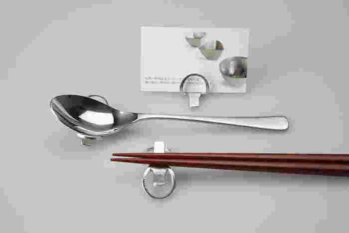 お箸だけでなく、フォークやスプーンを置いても素敵ですし、ナプキンホルダーやカードスタンドとしても使えますよ。