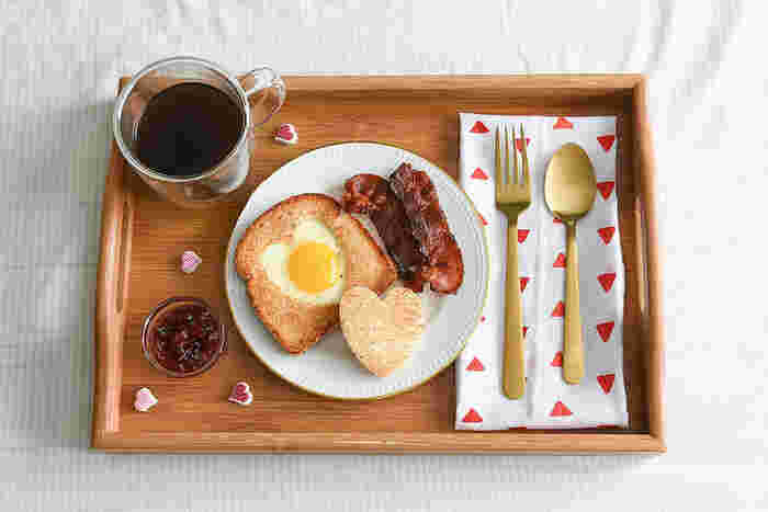 みんな大好きなトーストは忙しい朝には欠かせないですよね。パンにバターの王道もよいですが、バター以外にも、チーズや野菜、自家製のペーストなど、パンに乗せてトースターやオーブンに入れれば立派な朝ごはんの完成です。