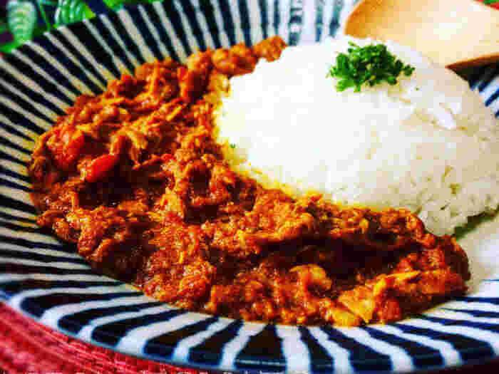 オイルフリーでヘルシーな、簡単カレーレシピです。ツナ缶とカットトマト缶を使えば包丁を使わなくても済みますし、食材がない時にも役立ってくれます。