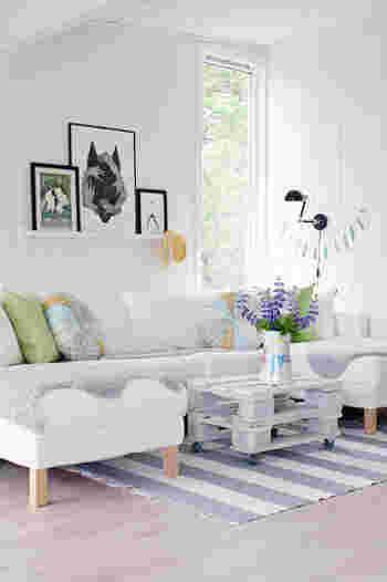 壁や家具など、大きな面積を変えるのはなかなか難しいという場合は、インテリア小物で取り入れてみましょう。白を基調としたシンプルなお部屋に、フレーのボーダー柄のラグを敷くことでお部屋のアクセントになっています。