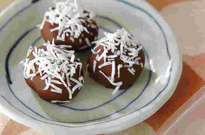 栗の甘露煮を使った簡単洋菓子レシピです。チョコレートで栗をコーティングして、ココナッツロングをまぶすだけで完成♪チョコレートはビター味を合わせていますので、より甘露煮の甘さが引き立つでしょう。