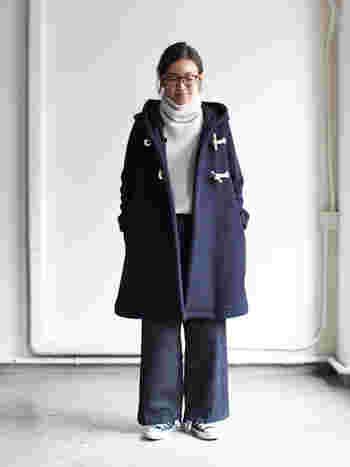 Aラインのダッフルコートは少しくらいの着ぶくれならカバーしてくれるので、防寒対策にはおすすめのアイテムです。コートの下にもこもこのセーターを合わせたって平気ですよね。