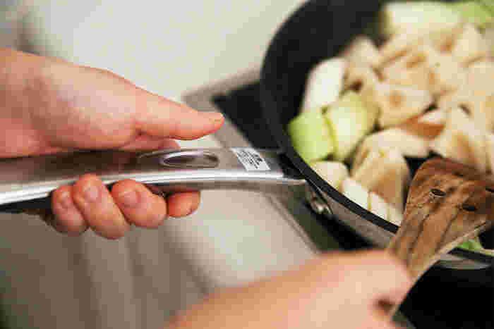 鉄のフライパンは本格的で魅力的だけれど、毎日のふつうのごはん作りには、もっと軽くて扱いやすいフライパンがいいな…という方におすすめは、マイヤーのフライパンです。親指を置きやすいくぼみがついているやさしい設計です。こちらはそのままオーブンもOKです♪