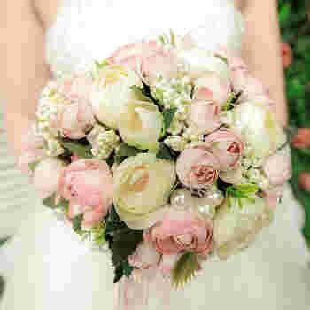 ◆ラウンド◆ まるいフォルムの「ラウンド」はブーケの定番の形です。まるいフォルムに花を束ねていき、どこから見ても楽しめるというのも魅力。白やピンクを使うと甘い雰囲気に、ビタミンカラーを使うと元気な印象に。