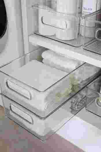 インターデザインのスタイリッシュなオーガナイザーは細々としたものをしまっておくのにとても重宝します。中身を白でまとめているので、エリア全体が非常にさっぱりとして見えます。