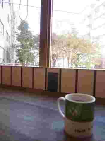 こちらのお店の嬉しいポイントは、2階のカウンター席に電源サービスがあること!美味しいコナコーヒーを飲んでゆったりしながらスマホの充電ができちゃいます。