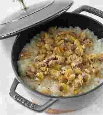 旬のあさりと新生姜を使った、この時期にしか食べられない贅沢な組み合わせの炊き込みご飯です。あさりを蒸して出たスープも無駄なく使います。新生姜のさわやかな風味とあさりのスープをしっかり吸った栄養満点の炊き込みご飯。ぜひご賞味あれ。