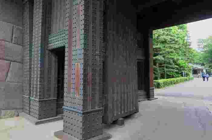 """それは、旧江戸城の本丸、二の丸、三の丸の一部を、宮殿の造営にあたって整備された「皇居付属庭園」で、昭和43(1968)年から""""一般公開されている「皇居東御苑」""""です。  【旧江戸城の裏門に当たる「平川門」は、皇居東御苑の出入り口の一つ。東西線・竹橋駅から徒歩すぐで、入苑するのに便が良い。(画像は、堅牢な造りの平川門[渡櫓門])】"""