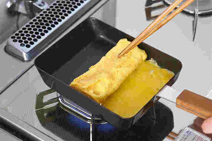 鉄のクールな質感と、持ち手の温かみのあるウッディな質感のコラボが絶妙。キッチンにつるしておくだけで絵になります。見た目に加えて高い機能性で、毎朝のお弁当作りが楽しくなりそうですね。