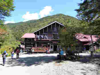 上高地のバスターミナルから徒歩約1時間の明神池から、さらに1時間ほど歩いたところにある「徳澤園」。