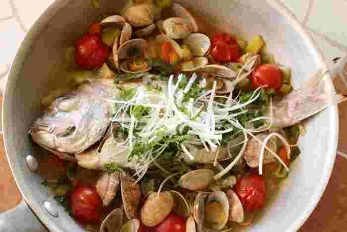 睨み鯛をあさりなどの貝類と一緒に調理して、魚介のうまみを堪能するアクアパッツアでいただきましょう。身がかたくなっていても、オリーブオイルや白ワインで煮込むのでふわっと柔らかな口当たりに。食べ終わったら、パスタやリゾットも楽しめます。