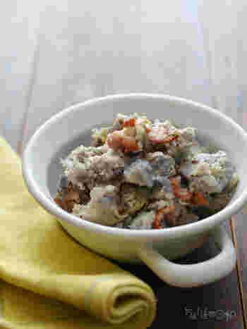 里芋をマッシュして、カリカリベーコンを加えます。塩加減は、しっかりめがおいしいそうです。おかずにもおつまみにもなりそうですね。