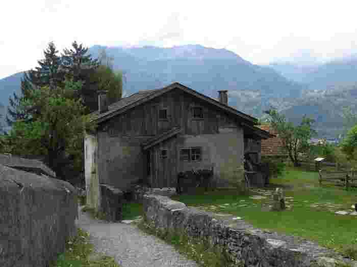 ハイジハウスは、「アルプスの少女ハイジ」の舞台となった19世紀末頃における山岳の村で営まれてきた生活を再現した博物館です。