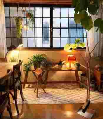 お部屋を秋らしく模様替えすると、季節感を演出できます。でも大がかりな模様替えは大変なのでパスして、小さく楽しむのがポイントです。秋らしいインテリアをつくるには、「秋色」「ぬくもりを感じる素材」「暖色系の照明」を取り入れるのが近道です。ぜひ、小物や色使いで秋インテリアを取り入れてみてください。