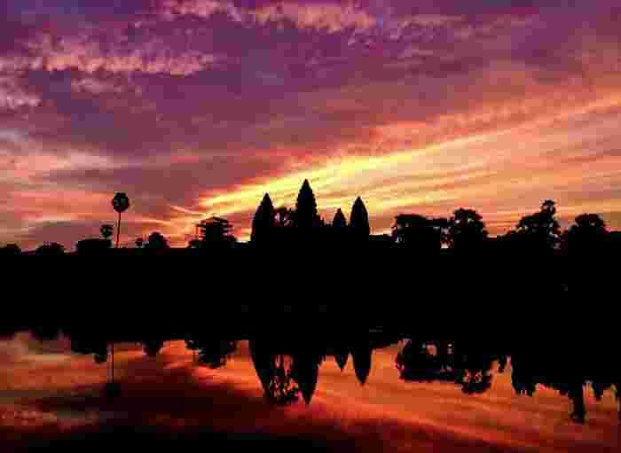 アンコール・ワットで観る夜明けの美しさは格別です。刻一刻と紅に染まりゆく空と雲、朝陽を浴びたアンコール・ワットのシルエット、鏡のようにアンコール・ワットを映し出す聖池が織りなす景色は、絶景そのものです。