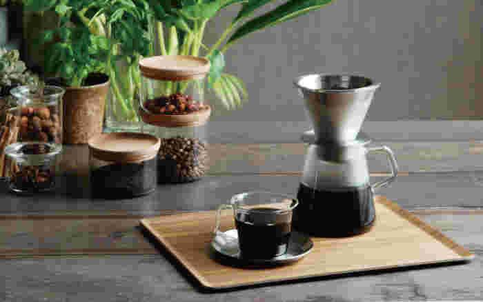 仕事中でもブレイクタイムの時に欠かせないのはコーヒーですね。確かにコーヒーの効能はたくさんあってまず挙げられるのは、カフェインの効果。カフェインはお茶などにも含まれますが、カフェインは中枢神経を興奮させる覚醒作用があり眠気を除く効果で知られています。やる気の出ない時にコーヒーを飲むことも効果的です。ただ中毒性もあるのでカフェインの摂り過ぎには気をつけなけれないけません。妊婦さんも控えましょう。コーヒーは他にもその香りにアロマ効果があり、脳にα波をだしてリラックスさせます。ポリフェノールも含まれているので抗酸化作用があり、アンチエイジングにも良いとされています。しかし、コーヒーに含まれるタンニンが鉄分と結びつくことで貧血を起こすことも。食前は控えて1日2杯を限度にコーヒーを楽しみましょう。