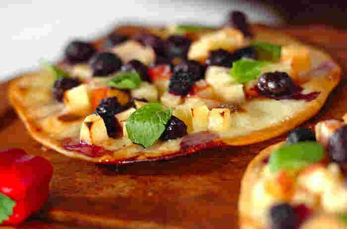 リンゴやベリーなど好みのフルーツをふんだんにのせて、デザートピザはいかがでしょうか。焼き上がりにハチミツをたらしたり、バニラアイスを添えて楽しんでみてください。