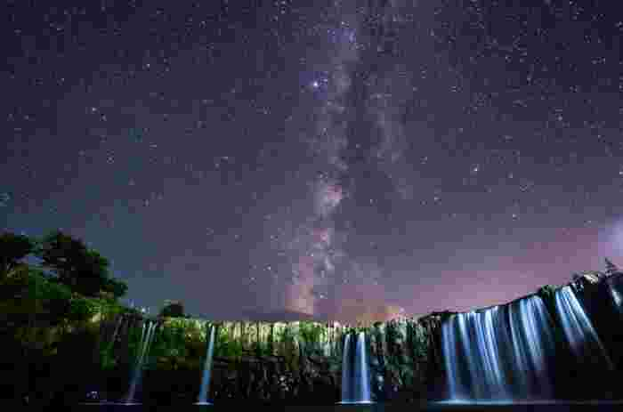「東洋のナイアガラ」とも呼ばれている大分県 の原尻の滝(はらじりのたき)。横幅が広く大きな弧を描く滝の風景は、日中ももちろん素晴らしいのですが、満点の星空とのコラボレーションもとても幻想的です。